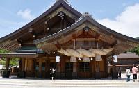 多くの参拝客が訪れる出雲大社の拝殿=島根県出雲市で、山田英之撮影