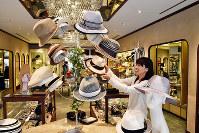 店頭には趣向を凝らした帽子が並ぶ