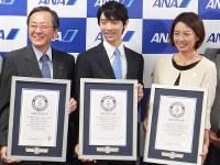 Yuzuru Hanyu, center, holds his Guinness World Records certificate in Tokyo, on Aug. 22, 2016. (Mainichi)
