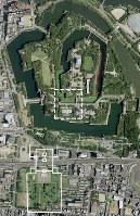 大坂城跡本丸と二の丸にまたがる難波宮の内裏想定域(白の点線内)。画面左下の白線は前期難波宮の中枢部=写真は国土地理院ウェブサイトより