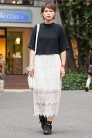 ブームの予感がするレースタイトスカート。裏地がレースより短くなっているデザインが今年らしい=日本ファッション協会提供