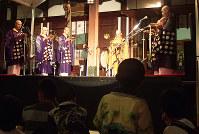 「厄神夏まつり」の前夜祭で、仏教音楽「声明」が奉納された=兵庫県宝塚市の門戸厄神東光寺で、山本未来撮影
