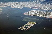 西隣に新たな処分場建設が検討されている神戸沖埋立処分場=大阪湾広域臨海環境整備センター提供
