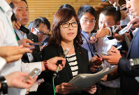 Defense Minister Tomomi Inada speaks to reporters at the prime minister's office in Tokyo, on Aug. 24, 2016. (Mainichi)