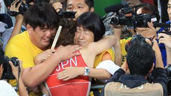 レスリング女子53キロ級決勝で敗れた吉田沙保里選手を抱き寄せる母・幸代さん(中央)=2016年8月18日、梅村直承撮影