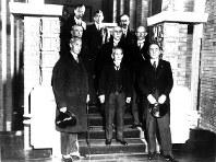 1932年3月、満州への出発を前に首相官邸を訪れたリットン(前列左)ら国際連盟派遣の調査団メンバー。犬養毅首相(前列中央)は2カ月後の五・一五事件で海軍青年将校に暗殺された