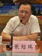 取材に応じる中国遼寧省新聞弁公室の張紹瑞副主任。「すでに立ち遅れた産業の淘汰(とうた)は進んだ」と語るが……=遼寧省瀋陽で、福本容子撮影