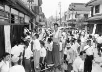 わが国初めての証券取引所ストでは、立ち会い停止のために担当者が外に立って中継しながら取引をした=1954年8月24日撮影