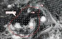 台風9〜11号が発生する前後の日本の南海上の大気追跡風の様子(矢印)。破線の内側がモンスーン渦=気象庁衛星センター提供の大気追跡風データを元に琉球大作成