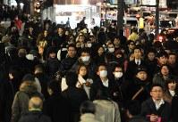 徒歩で帰宅する人たちなどでごった返す靖国通り=東京都千代田区で2011年3月11日、久保玲撮影