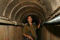 ハマスがイスラエルまで堀り進めた攻撃用トンネルの内部で、構造などについて説明するイスラエル軍のペレド少佐=イスラエル南部で2015年7月