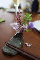 箸置きは、陶芸家である神田くんのお母さん作で、小花を生けられるようになっている。