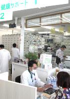 長野県上田市の薬局には市民が気軽に相談に訪れる=同市のイイジマ薬局で