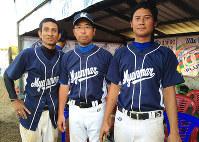 ミャンマーの選手と並ぶ伊東部長(中央)=本人提供