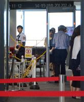 新千歳空港内の各保安検査場では今回の問題後、すり抜けできないように金属探知機の横にチェーンが設置された=千歳市で