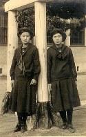 セーラー服姿の女子生徒。上下セパレート型で、胸当ての錨の刺しゅうなど基本デザインは今もほとんど変わらない(1921年撮影)=福岡女学院提供