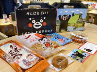 JTB九州などが販売する「がんばるばい!くまもとお菓子BOX」=福岡市中央区で2016年8月17日午後3時6分、神崎修一撮影.jpg