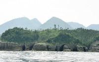 鞆ケ浦の沖合から眺める石見銀山の山並み(後方)=関谷徳撮影