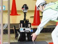 公開された遠隔操作ロボットの操作訓練=福井県おおい町の大飯原発で、高橋一隆撮影