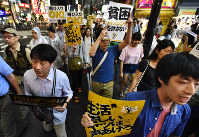 People join a protest rally against online bashing of the poor in Tokyo's Shinjuku Ward, on Aug. 27, 2016. (Mainichi)