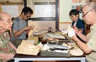 仏像彫刻を楽しむ客ら=大津市長等2のふれあいカフェ楽で、森野俊撮影