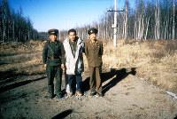 北朝鮮と中国の国境地帯には23年前から通ってきた。豆満江源流域で北朝鮮軍将校と筆者(中央)=1995年12月、アジアプレスの石丸次郎氏提供