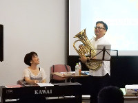 講義後に得意のユーフォニウムを演奏する吉井千周さん=筆者の浜田真理子さん提供