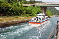 船引運河を通って外海に向かう船=島根県西ノ島町美田で、藤田愛夏撮影