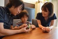 子ども向けの理科教室で習ったばかりの工作にチャレンジする川村匡さん、内田由紀子さんと長男=京都市で、中本泰代撮影