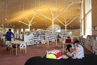 「まちとしょテラソ」の館内。県産スギをふんだんに使った天井はぬくもりを感じさせる=長野県小布施町で