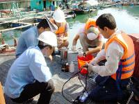 カットバ島で2015年10月に行われた水質モニタリングの指導=滋賀県提供