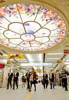 ドーチカ北広場の天井では「天使」がお出迎え=大阪市北区で