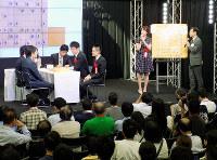 ペア将棋で盛り上がった第1回関西将棋夏まつり=大阪市北区のMBS・ちゃやまちプラザで、新土居仁昌撮影