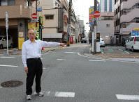 「日本最古の商店街」があったという旧魚町の通りを指す佐藤さん=福岡市博多区上呉服町で、三嶋祐一郎撮影