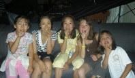 10歳ころの中塩美悠さん(左端)。初めて訪れた米レイクアローヘッドのスケートリンク「アイスキャッスル」の合宿で、仲間たちと=中塩さん提供