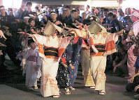 おわら風の盆で、胡弓の音色に合わせ優美な踊りを披露する編みがさ姿の女性たち=富山県八尾町で2016年9月1日、三村政司撮影