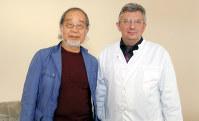 ミンスク甲状腺がんセンターの所長、ユーリ・ジェミチェク医師(右)と=ベラルーシの同センターで4月
