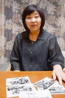 佐々木禎子さんら級友が写った小学校時代の集合写真を手に、禎子さんの思い出を話す川野登美子さん=広島市中区で、石川裕士撮影