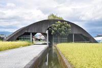 水路が走る掩体=高知県南国市で、松原由佳撮影