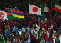 閉会式で、各国の選手の間を日の丸を掲げて行進する上地結衣(中央)=リオデジャネイロのマラカナン競技場で2016年9月18日、徳野仁子撮影