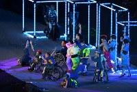 フラッグハンドオーバーのセレモニーで披露された日本のパフォーマンス=リオデジャネイロのマラカナン競技場で2016年9月18日、徳野仁子撮影