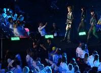 フラッグハンドオーバーのセレモニーに登場したモデルのGIMICOさん(上右から3人目)=リオデジャネイロのマラカナン競技場で2016年9月18日、徳野仁子撮影]