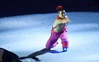 フラッグハンドオーバーのセレモニーに登場したダンサーの大前光市さん=リオデジャネイロのマラカナン競技場で2016年9月18日、徳野仁子撮影