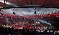 各言語で「愛」と書かれた旗が出てきて終了したリオデジャネイロ・パラリンピックの閉会式=リオデジャネイロのマラカナン競技場で2016年9月18日、徳野仁子撮影