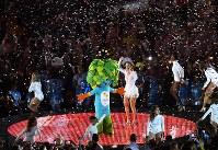 壇上でブラジルの歌手と一緒に踊るリオデジャネイロ・パラリンピックのキャラクターマスコットのトム=リオデジャネイロのマラカナン競技場で2016年9月18日、徳野仁子撮影