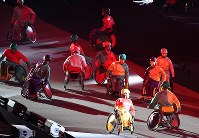 閉会式に登場した車いすのパフォーマー=リオデジャネイロのマラカナン競技場で2016年9月18日、徳野仁子撮影
