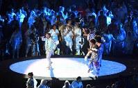 ブラジルのパフォーマーと一緒に盛り上がる各国の選手たち=リオデジャネイロのマラカナン競技場で2016年9月18日、徳野仁子撮影