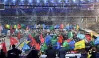 各国の言語で「愛」の言葉が書かれた旗が掲げられ、華やかなフィナーレを迎えた閉会式会場=リオデジャネイロのマラカナン競技場で2016年9月18日、徳野仁子撮影