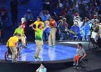 壇上で踊るボランティアたち=リオデジャネイロのマラカナン競技場で2016年9月18日、徳野仁子撮影