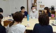 闘病体験などをざっくばらんに語り合う「はなうめ」の交流会の参加者たち=金沢市本多町3の県社会福祉会館で、道岡美波撮影